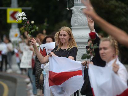 Manifestantes durante protesto contra a brutalidade policial e os resultados eleitorais, em Minsk, capital de Belarus, nesta quinta-feira.