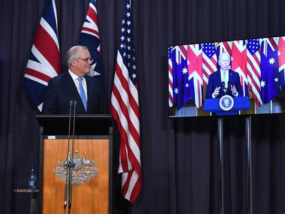 O primeiro-ministro australiano, Scott Morrison, assiste ao pronunciamento de Joe Biden durante o anúncio da aliança. Em vídeo, parte do discurso do presidente dos EUA.