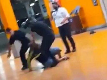 Imagem do momento em quem João Alberto Silveira Freitas, de 40 anos, foi espancado.