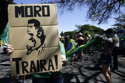 Manifestante segura cartaz contra Moro em ato em Brasília, no dia 3 de maio.