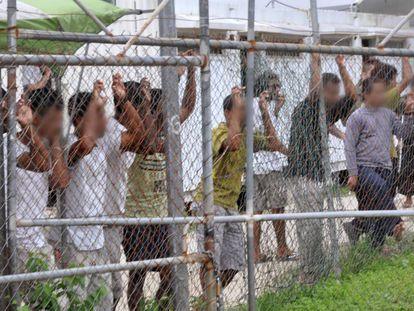 Migrantes no centro de detenção da Austrália em Manus.