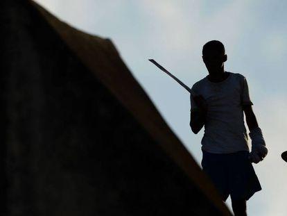 Preso em Alcaçuz segura lança ao lado de colega no teto da cadeia.
