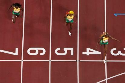 As três jamaicanas cruzam a linha de chegada na final dos 100m rasos nos Jogos Olímpicos de Tóquio.
