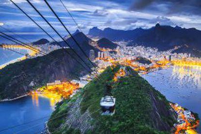 O Rio de Janeiro visto do teleférico do Pão de Açúcar, com a praia da Copacabana à esquerda e a baía da Guanabara à direita.