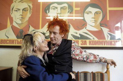 Johnny Rotten com sua companheira, Nora Forster em 1985.
