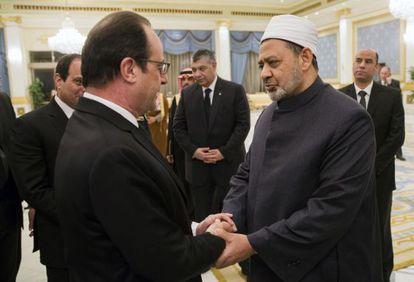 O grão-imã Ahmed al-Tayeb saúda François Hollande, em um ato protocolar em Riad, em 24 de janeiro.