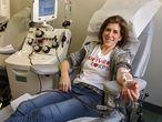 Diana Berrent, donando plasma en Nueva York, en una imagen cedida por ella misma.