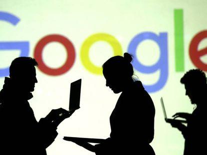 Silhueta de usuários de computadores e dispositivos móveis em frente à logomarca do Google