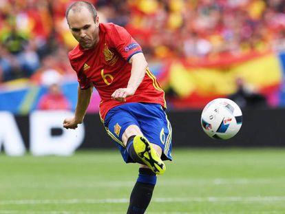 Iniesta, o maestro espanhol, contra os tchecos.