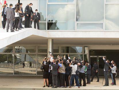 Na rampa do Planalto, Bolsonaro fala com jornalistas.
