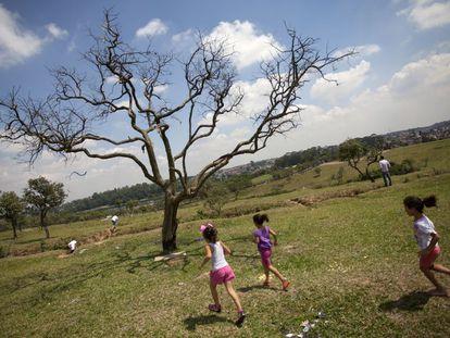 Crianças correm pelo Parque dos Búfalos, na zona sul de São Paulo.