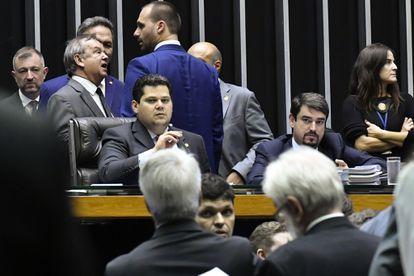 O presidente do Senado e do Congresso Nacional, Davi Alcolumbre (DEM), na mesa da Câmara.