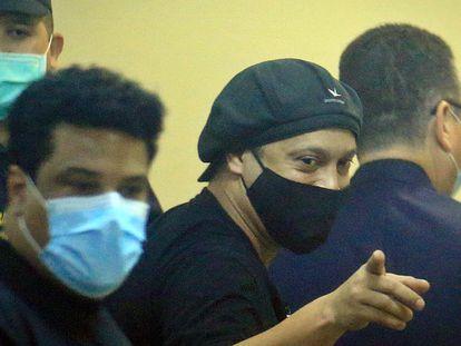 Ronaldinho e irmão foram autorizados a deixar o Paraguai nesta segunda.