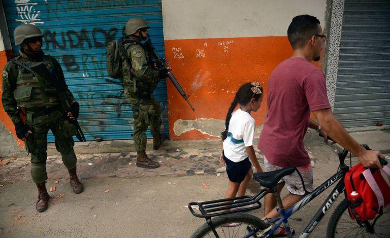 Operação militar na favela Kelson's, no Rio de Janeiro, em fevereiro de 2018.