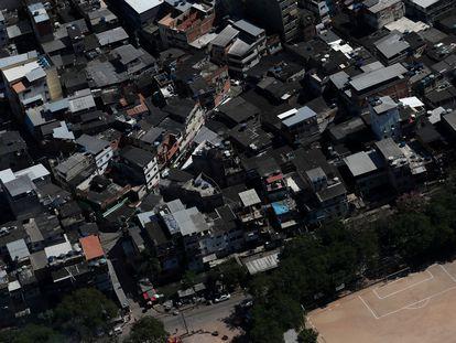 Vista área da comunidade Rio das Pedras, dominada pela milícia, no Rio de Janeiro.