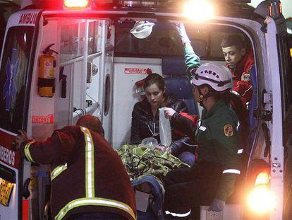 Equipe de resgate atende atende o jornalista Rafael Henze.