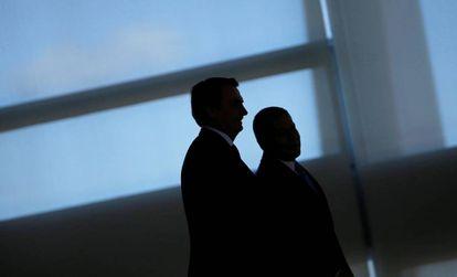 Jair Bolsonaro ao lado do vice-presidente Hamilton Mourão no Palácio do Planalto.