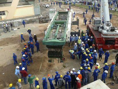 Trabalhadores circulam a área onde ocorreu o acidente.