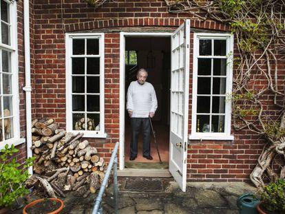 George Steiner na porta de sua casa em Cambridge, em 2016.
