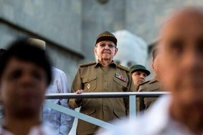Raúl Castro assiste a um desfile em homenagem a seu falecido irmão Fidel Castro em Havana.