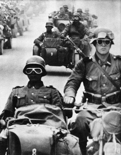 Uma coluna da Waffen-SS durante a invasão da URSS, em 1941.