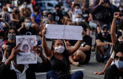 Manifestantes fazem ato em frente às 'Torres Gêmeas', no Recife, e cobram justiça por Miguel, em protesto nesta sexta-feira.