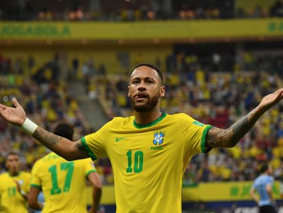 Neymar celebra gol contra o Uruguai pelas eliminatórias da Copa do Mundo da América do Sul, na Arena Amazônia, em Manaus.