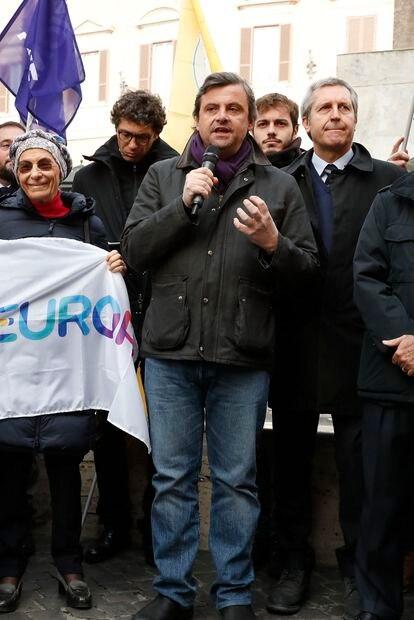 Carlo Calenda discursa numa manifestação contra a reforma da Justiça, em 2020.
