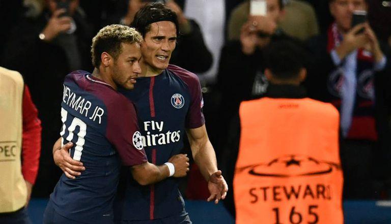 Neymar abraça Cavani após gol do uruguaio.
