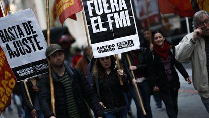 Protesto de argentinos contra acordo entre o país e o FMI para refinanciamentos das dívidas nacionais, em imagem de 2018