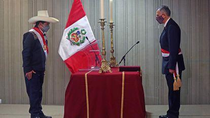 Pedro Castillo (à esquerda) toma o juramento de Pedro Francke Ballve como ministro da Economia.