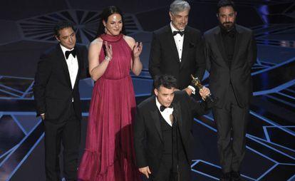 O diretor Sebastián Lelio com o Oscar. Atrás, da esquerda para a direita, Juan de Dios Larraín, Daniela Vega, Francisco Reyes e Pablo Larraín