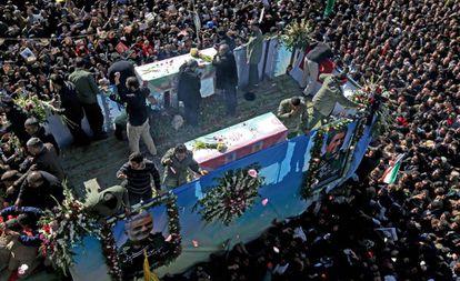 Centenas de pessoas se reúnem em torno de um veículo carregando o caixão do general iraniano Qasem Soleimani, nesta terça-feira.