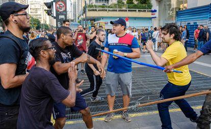 Manifestantes em confronto na av Paulista
