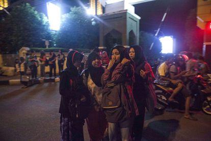 Um alerta de tsunami foi emitido na Indonésia após um forte terremoto, mas foi posteriormente suspenso.