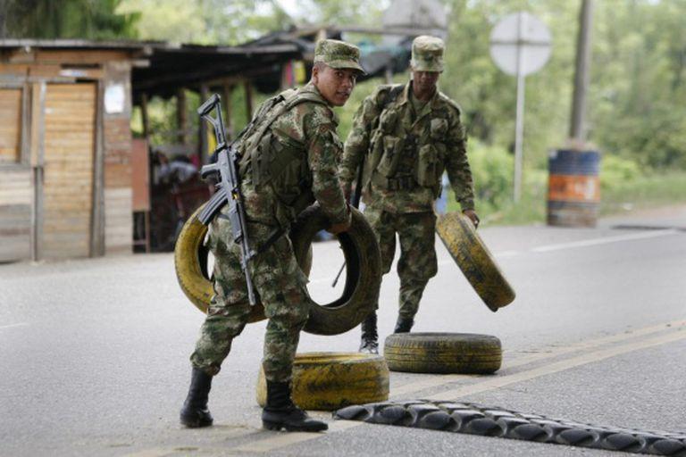 Militares colombianos instalam posto em Cauca, na sexta-feira.