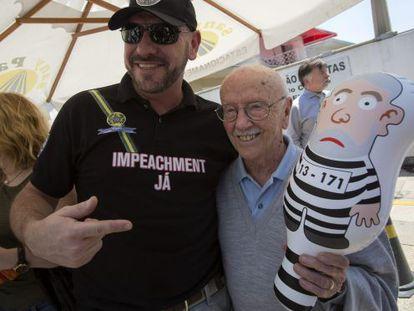 Hélio Bicudo, o boneco satírico de Lula e um ativista anti-Dilma.