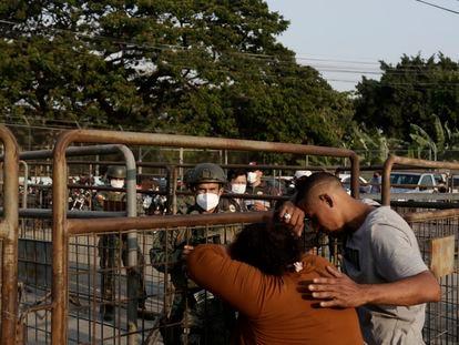 Familiares dos detentos da penitenciária de Guayaquil (Equador) aguardam notícias dos presos, nesta quarta-feira. Em vídeo, imagens do centro penitenciário depois do motim.