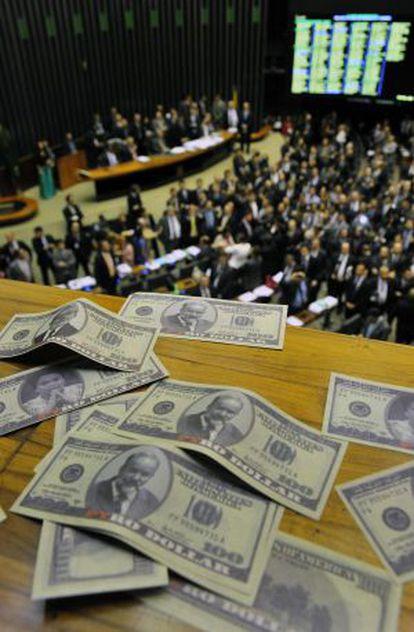Notas falsas de dólares com imagens de Lula, Vaccari e Rousseff.