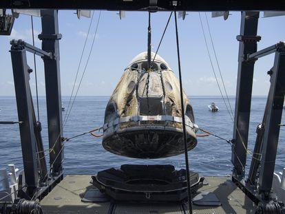 Cápsula da Crew Dragon, da SpaceX, é resgatada com os dois astronautas por embarcação após pouso no domingo.