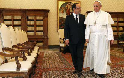 Hollande e o papa Francisco, nesta sexta-feira no Vaticano.