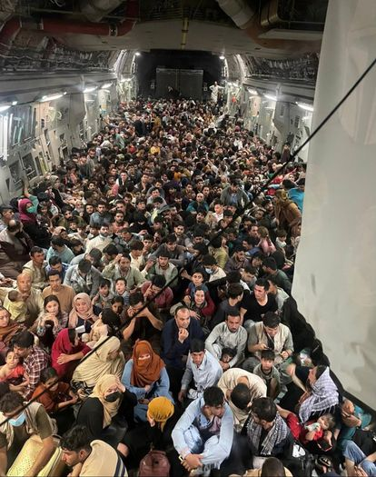 Centenas de afegãos dentro do avião militar dos EUA.