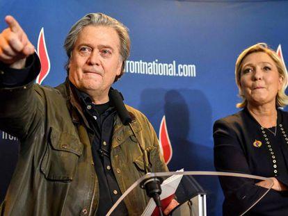 Steve Bannon com Marine Lhe Pen no Congresso da Frente Nacional em Lille neste sábado.