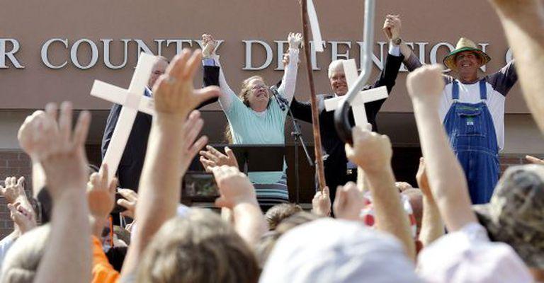 Ao lado do candidato republicano Mike Huckabee (à esq.) e rodeada de apoiadores, Kim Davis celebra libertação da prisão, nesta terça-feira.