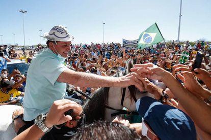 Bolsonaro cavalga entre multidão em São Raimundo Nonato (PI), enquanto país enfrenta pandemia de coronavírus.