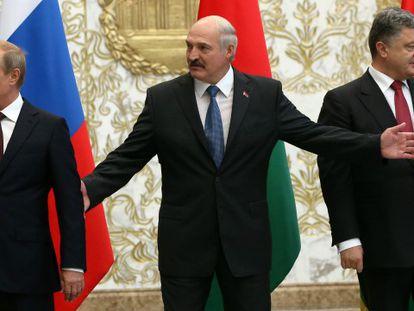 Putin com o presidente da Bielorus e Poroshenko. / Foto: AFP | Vídeo: Reuters (legenda em espanhol)
