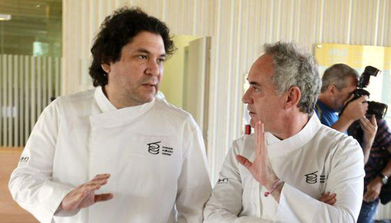 Os chefs Ferran Adrià e Gastón Acurio conversam depois da reunião do conselho assessor do Basque Culinary Center de San Sebastián.