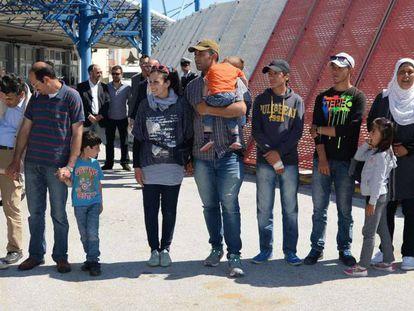 Refugiados acolhidos pelo Vaticano posam para as câmeras no aeroporto de Mitilene, na ilha de Lesbos.