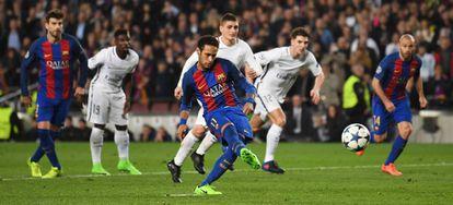 Neymar marca de pênalti.