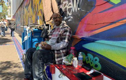 Orlando Webb, em seu banco da rua Mission.
